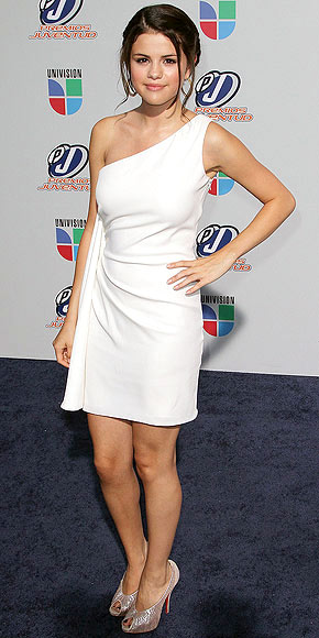 selena gomez toes. Selena Gomez is a vision in